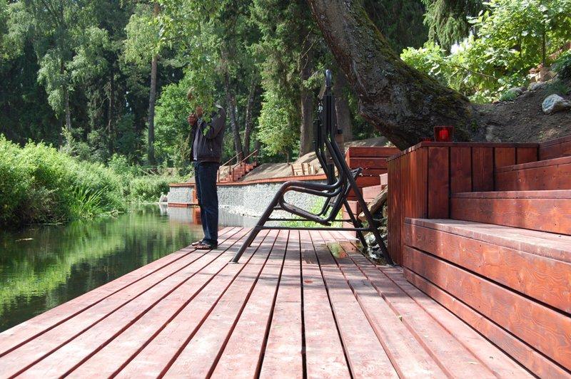 Укрепление берега пруда лиственницей
